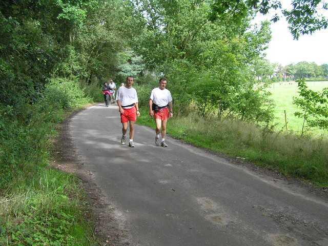 eerste dag Kempische wandeldagen - 2 wandelaars van de 80 km