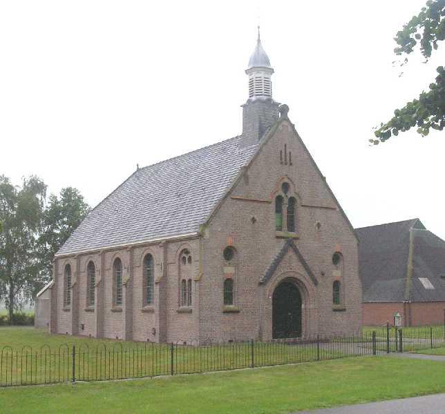 Met de Drentsch-Friese Wold Wandelvierdaagse (Diever) 2007  PKN kerk in Elsloo