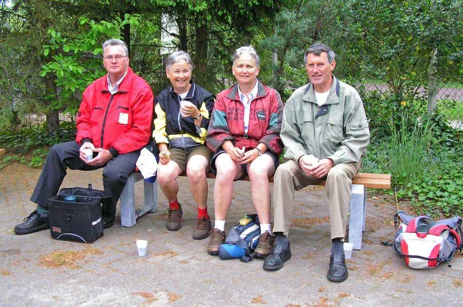 Met de Drentsch-Friese Wold Wandelvierdaagse (Diever) 2008  vrouwelijke wandelaars met hun mannelijke begeleiders bij Hoeve aan de Weg