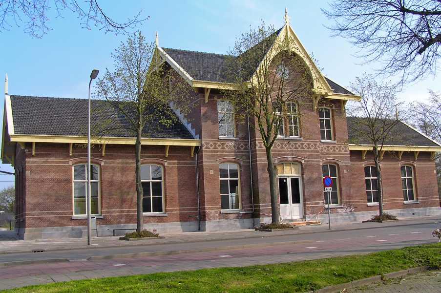 oude NS wandeling Linge,   oud stationsgebouw van Leerdam