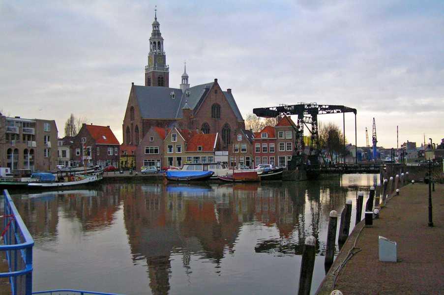 NS-wandeltocht Boonervliet  Haven Maassluis met Groote kerk op de achtergrond