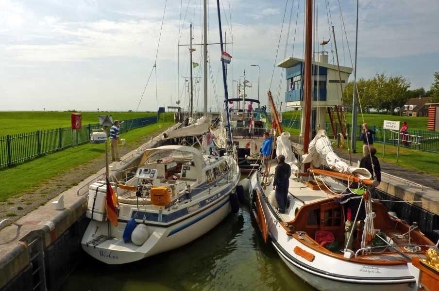 NS wandeling Gaasterland  in de sluis van de Johan Frisokanaal te Stavoren