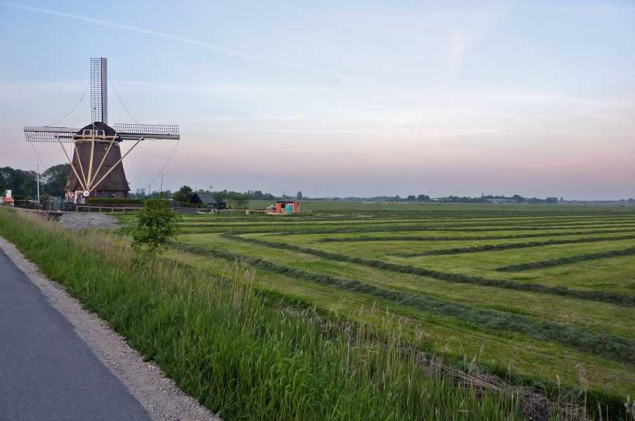 Kennedymars van de LAT van 6 op 7 mei 2011 vanuit Hilversum  Broekzijdse molen  langs het riviertje Gein  in het buitengebied van Abcoude