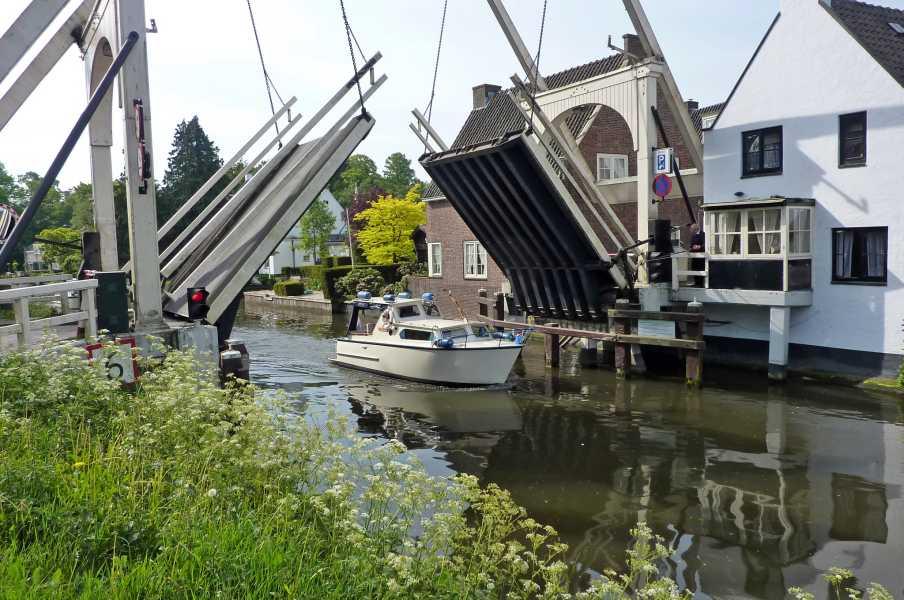 Kennedymars van de LAT van 6 op 7 mei 2011 vanuit Hilversum  ophaalbrug in Breukelen