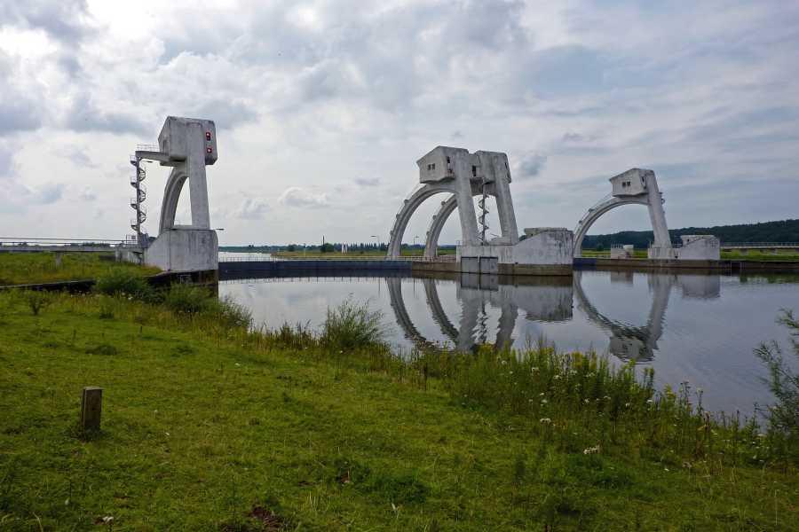 Airbornepad  langs de Rijn met uitzicht  op het stuwcomplex Driel