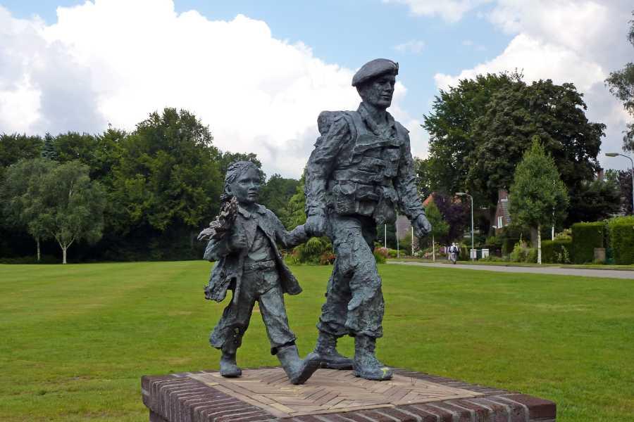 Airbornepad  soldaat met bloemenmeisje  nabij Park Hartensteyn te Oosterbeek