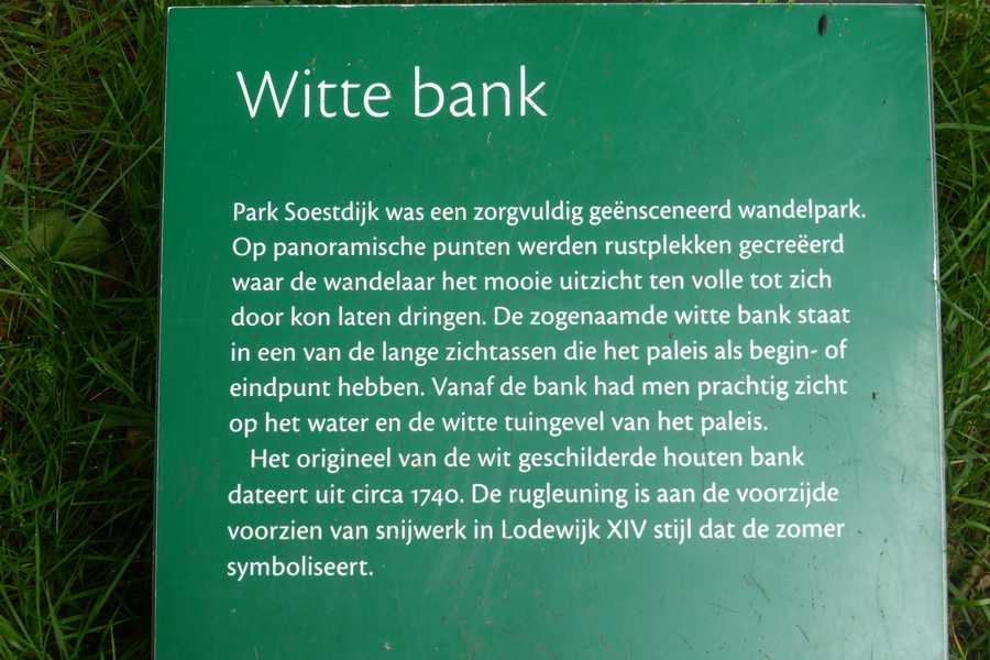 Tuin Paleis Soestdijk : Witte bank in de tuin van paleis soestdijk