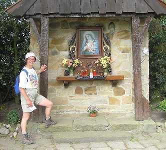 Tijdens de 75 van Hengelo op 13 mei 2006; kapelletje langs de Kruisseltlaan met Coos