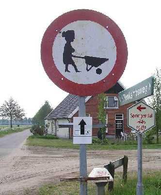 Tijdens de 75 van Hengelo op 13 mei 2006; heel apart verbodsbord op de kruising met het Kanaal Almelo-Nordhorn