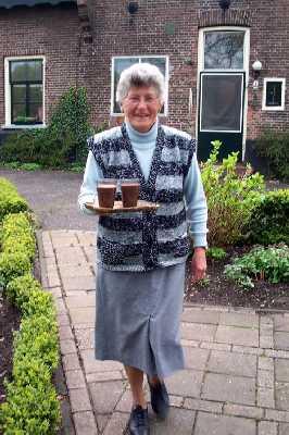 tijdens de NS-wandeling Naardermeer mevrouw Mostert woont al 60 jaar op De Machine