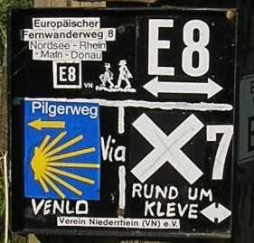 tijdens de Europäischer Fernwanderweg E8, informatieve wandelbordjes in het Reichswald nabij Kranenburg