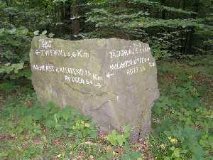 tijdens de Europäischer Fernwanderweg E8, wegwijzer in het Mulartshütte Wald