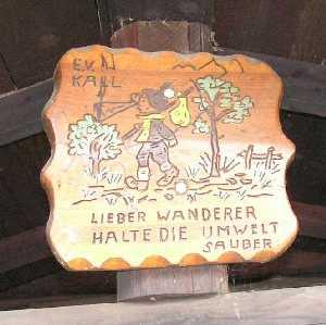 tijdens de Europäischer Fernwanderweg E8, bordje op schuilhut op de Warkenberg (520,6m)