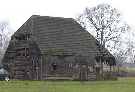 Met de FLAL-Weerribbenwandeltocht vanuit Scheerwolde, Overijssel oude houten schuur langs de Binnenweg nabij Paasloo