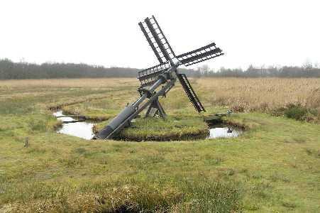 Met de FLAL-Weerribbenwandeltocht vanuit Scheerwolde, Overijssel de gevallen molen, langs het kanaal Steenwijk-Ossenzijl
