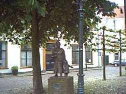standbeeld Oma met kleinkind