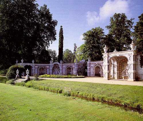 kasteel Rozendael, Schelpengalerij; de in de jaren zeventig van deze eeuw gerestaureerde schelpengalerij dateert uit circa 1722 en mag als exponent van de voormalige formele tuinaanleg rond Rozendael worden gekwalificeerd.
