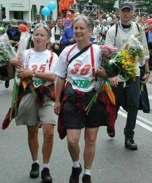 Dini en Janny Ribbers tijdens de finish van een Nijmeegse vierdaagse