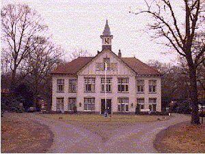 Het voormalige hoofdgebouw  van de Willem Arntsz Stichting
